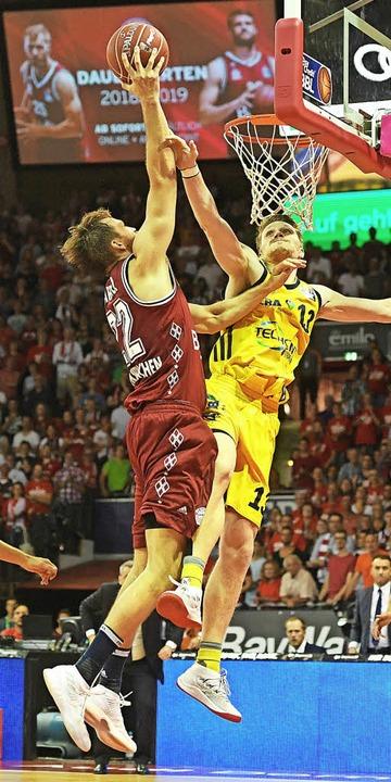 Der Münchner Danilo Barthel (links) am Korb gegen Marius Grigonis   | Foto: DPA