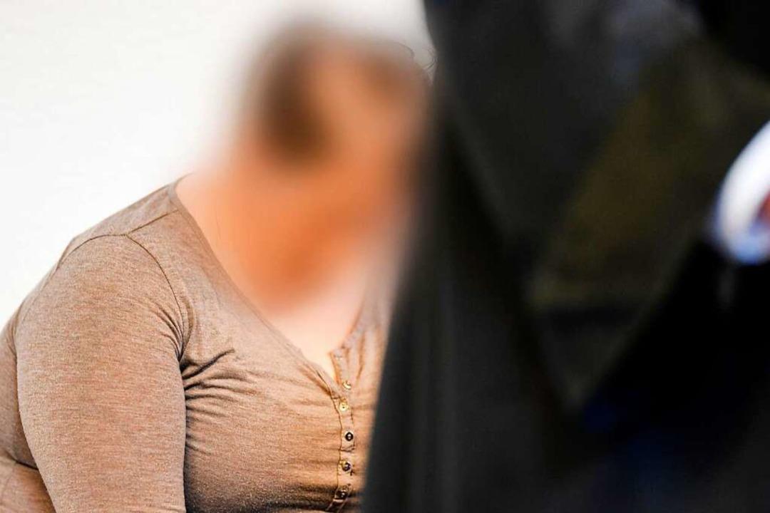 Berrin T., die Mutter des missbrauchte...ergangenen Montag auf der Anklagebank.  | Foto: dpa