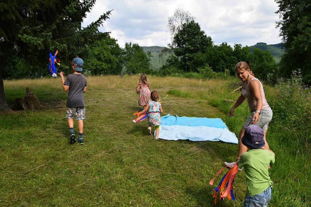Die Kinder freuen sich über eine Wiese zum Herumtollen.  | Foto: Stefan Ammann