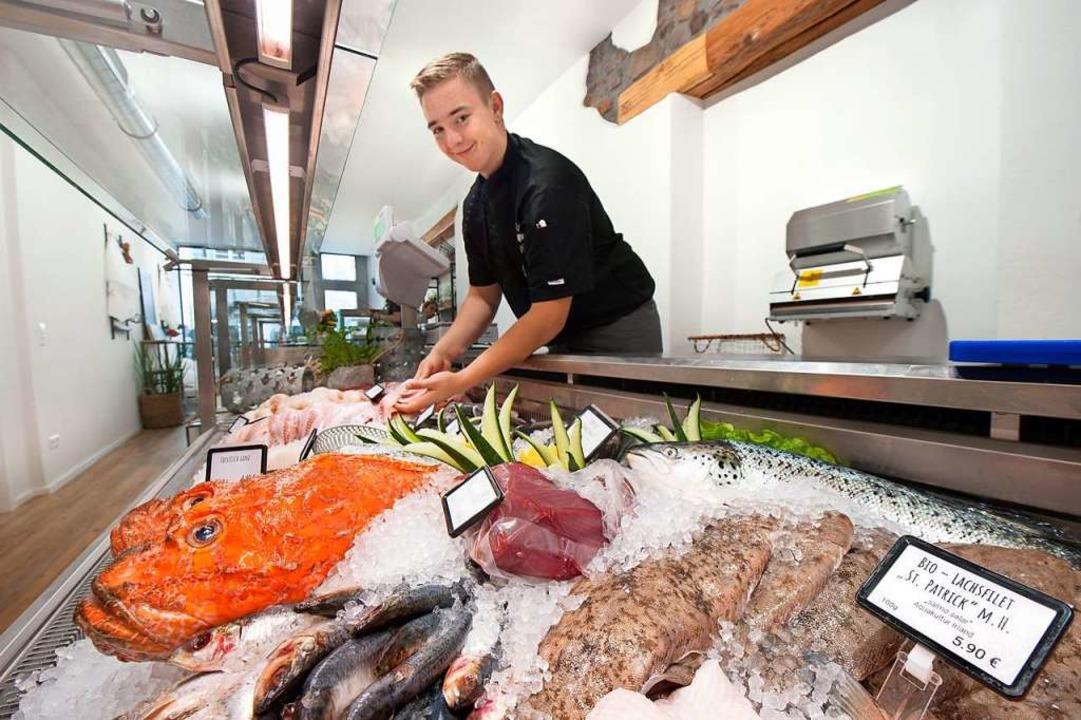 Sohn David hilft an der Fischtheke (gr...alph Schwab eröffneten Fischgeschäfts.  | Foto: Fotos: Stephan Elsemann