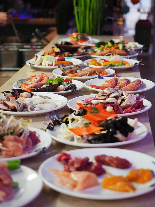 Eine große Vielfalt an Fleisch, Fisch ...üchten gibt es im Ginza Bad Säckingen.  | Foto:  Wagner