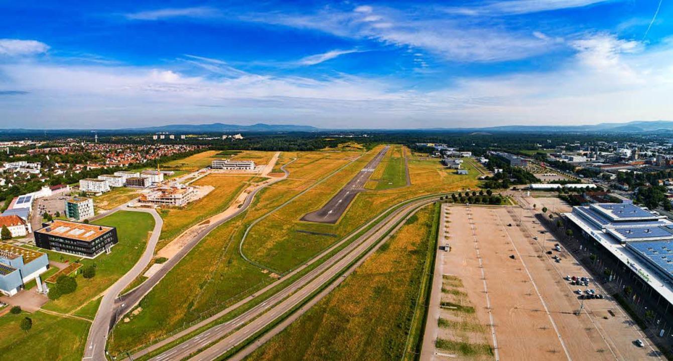 Der Flugplatz Freiburg und der Standort des neuen SC-Stadions aus der Luft.  | Foto: Matthias Weniger