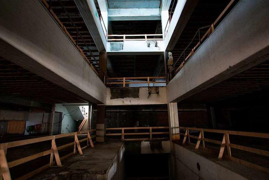 Das Kaufhaus Krauss in der Emmendinger Innenstadt steht seit 2010 leer. Heute haben Sprayer die Ruine für sich entdeckt – das ist wegen Nägeln und Löchern im Boden nicht ganz ungefährlich. (Foto: Patrik Müller)