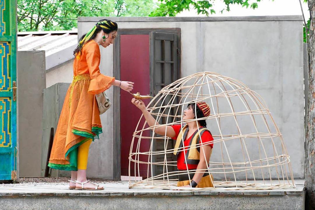 Aladin übergibt seiner geliebten Prinzessin Mila die Wunderlampe.  | Foto: Frank Kreutner