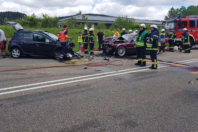 Schwerer Unfall auf der B 31 – eine Spur gesperrt