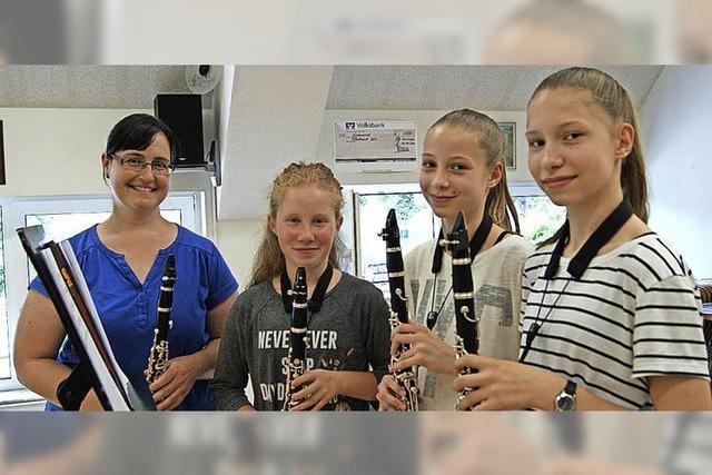 Kinder können neue Instrumente kennenlernen
