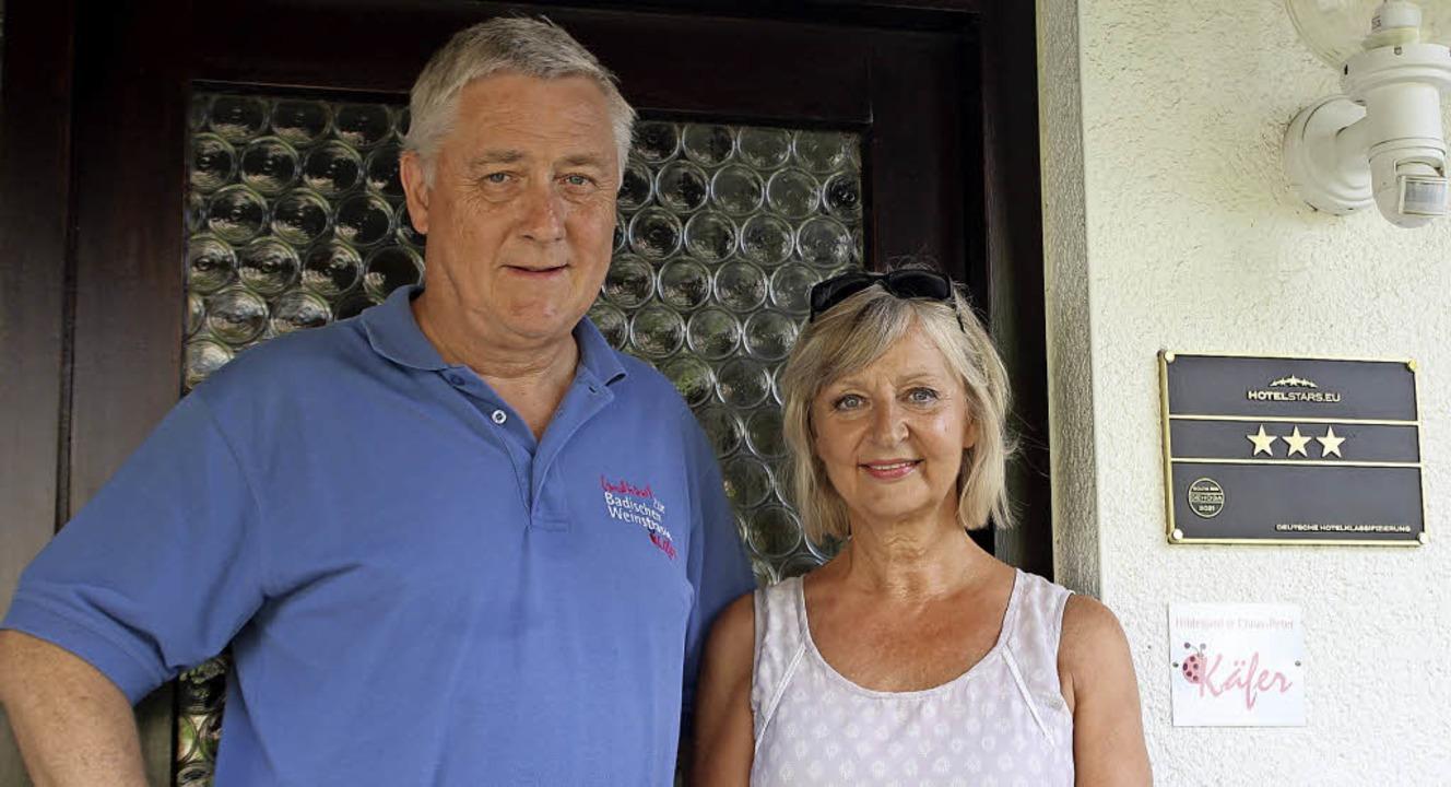 Claus-Peter und Hildegard  Käfer vor dem Eingang ihres Hotels  | Foto: Jennifer Ruh