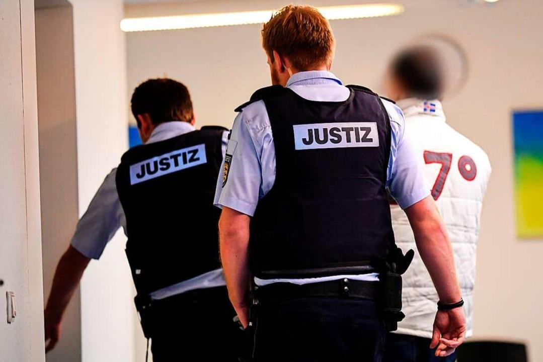 Justizbeamte bringen den mutmaßlichen ...en von  Isaac Bermejo Bragado betreut.  | Foto: dpa
