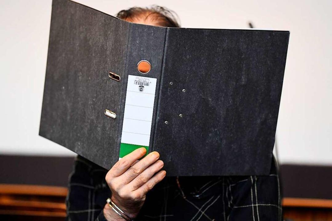 Jürgen W. am ersten Verhandlungstag im...in Gesicht vor den Kameras der Presse.    Foto: dpa