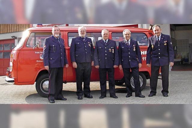 Jung gebliebene alte Feuerwehrmänner