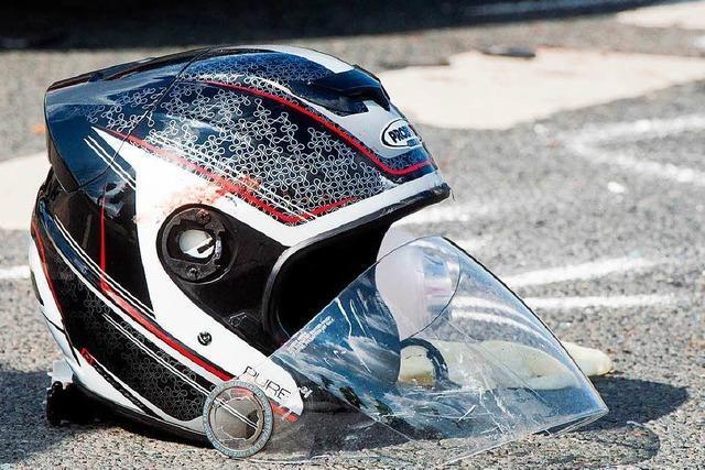 Zwei Schwerverletzte bei Unfall zwischen Lkw und Motorradfahrer
