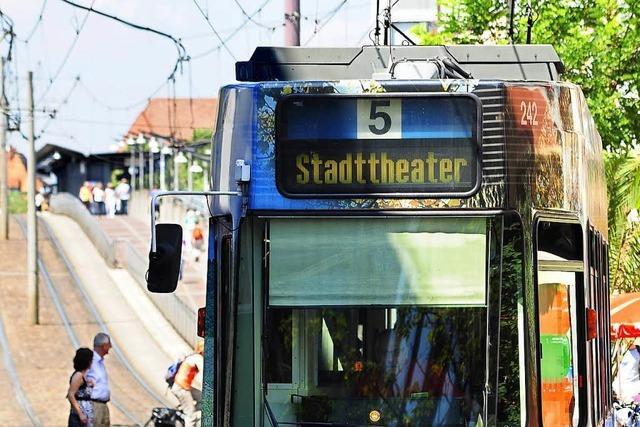 Polizei nimmt Mann fest, der in Straßenbahn auf Kontrolleure losging