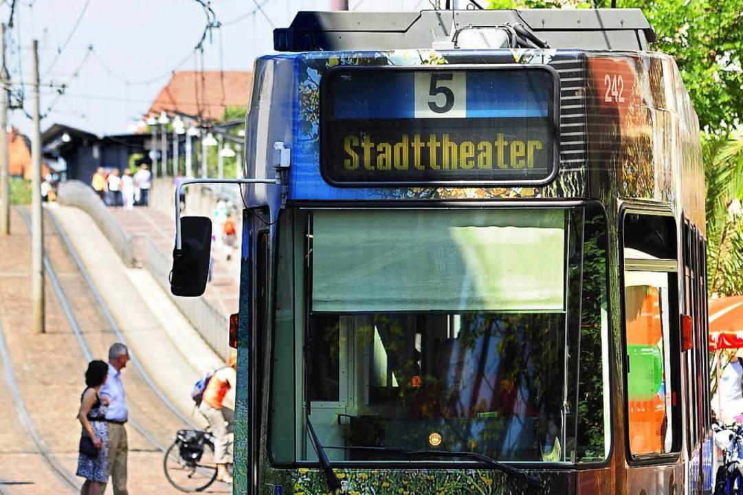 In der Straßenbahn der Linie 5 kam es ... einem Fahrgast und den Kontrolleuren.  | Foto: Thomas Kunz