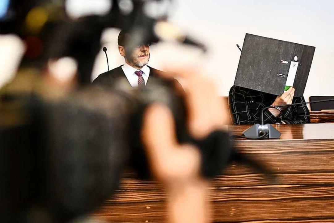 Der wegen Kindesmissbrauchs angeklagte...esicht in einem Saal des Landgerichts.  | Foto: dpa