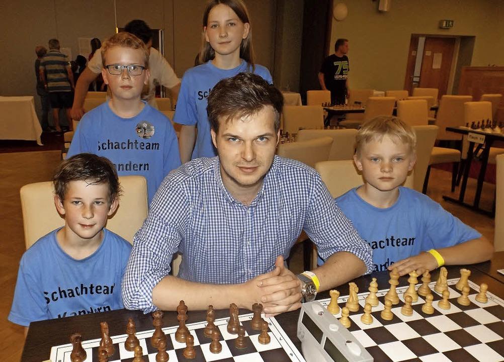 Tom George (Mitte) wird vom Schachteam...ara Steinkemper und  Simon Schwientek.  | Foto: Uwe wehrle