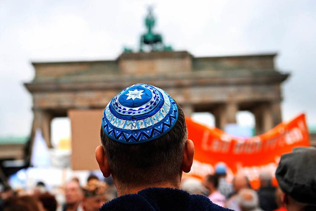 Kundgebung gegen Antisemitismus vor dem Brandenburger Tor in Berlin (Archivbild)  | Foto: dpa