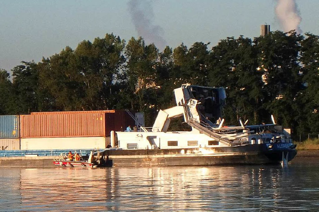 Vom Ufer aus ist das beschädigte Führerhaus des Schiffes zu sehen.  | Foto: bz