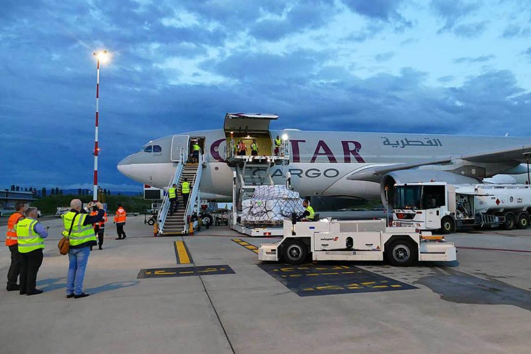 Logistik mit Tempo: Nach maximal 95  Minuten ist der Airbus beladen.  | Foto: Michael Baas