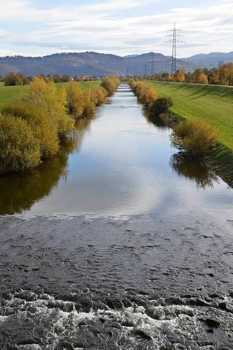 Wie ein Industriekanal durchschneidet wenig einladend die Kinzig Offenburg.  | Foto: Helmut Seller