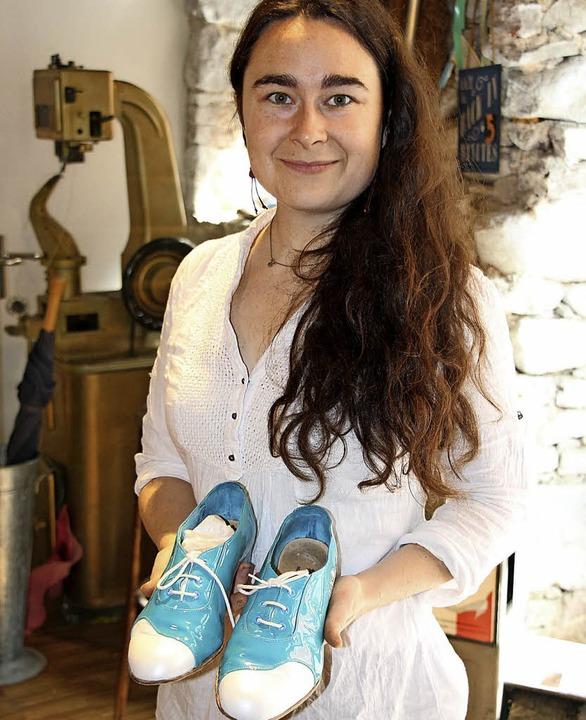 Alles handgemacht: Rebecca Posselt in der Staufener Schuh- und Lederwerkstatt.   | Foto:  Christine Speckner