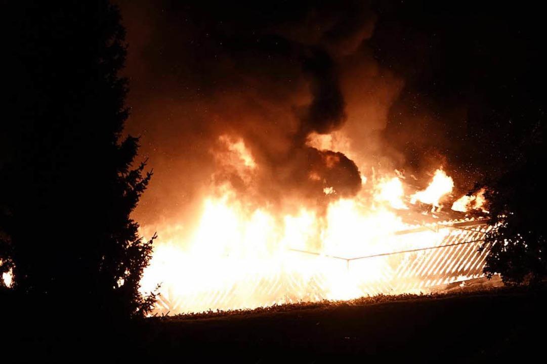 Lichterloh brannte in der Nacht von Fr...ch ungeklärter Ursache im Carport aus.  | Foto: Hans-Jürgen Hege