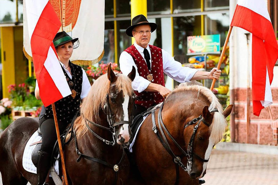 Fast 200 Pferde und viele Trachtenträger zogen durch Lenzkirch beim Eulogi-Ritt: Die Prozession hoch zu Ross ist ein Stück gelebte Tradition im Haslachstädtchen. (Foto: Wolfgang Scheu)