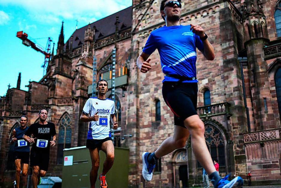 Rund 2200 Läuferinnen und Läufer kurvten bei der Freiburger Laufnacht durch die Gassen und über Kopfsteinpflaster ums Münster. (Foto: Patrick Seeger)