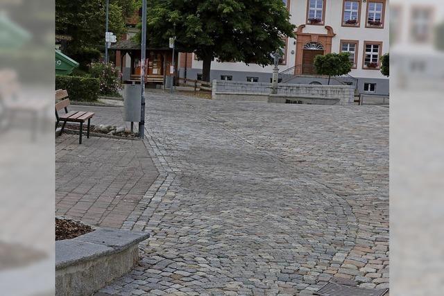 Gehweg auf Dorfplatz wird asphaltiert