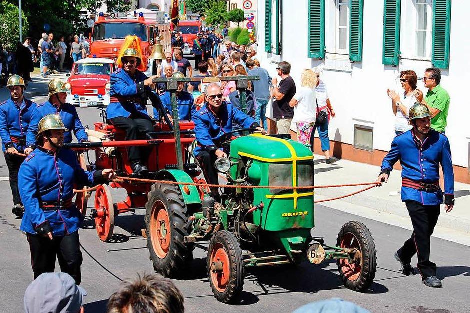 Ganz schön betagt: Traktor aus Bad Krozingen, der einen Spritzenwagen zieht. (Foto: Mario Schöneberg)