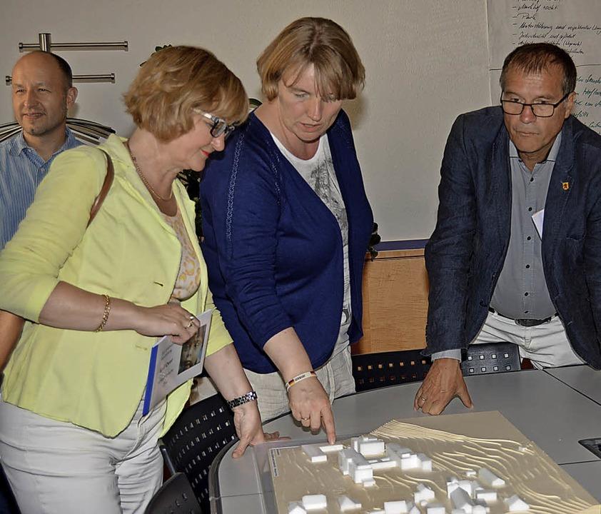 Vorstand Birgit Ackermann (Mitte) erkl...nenwerk zum Umgang mit der Natur auf.   | Foto: Danielle Hirschberger