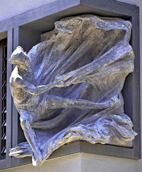 Die Skulptur in der Gebäudeecke zeigt den Heiligen Raimund von Peñafort.    Foto: Michael Bamberger
