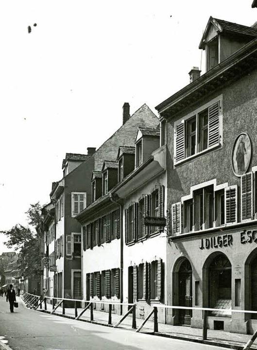Die Häuserzeile an der Westseite der H... das dreistöckige Offizialat zu sehen.    Foto: Augustinermuseum/Michael Bamberger (2)