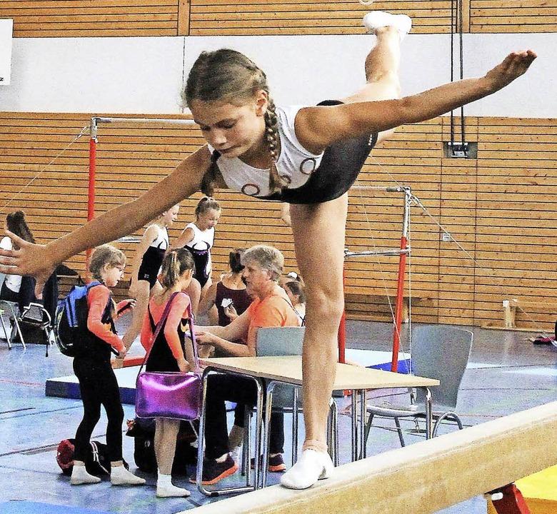Balanceakt: Ida Rosenstiel vom TuS Hüf...dem Balken nicht aus der Ruhe bringen.    Foto: Dagobert Maier