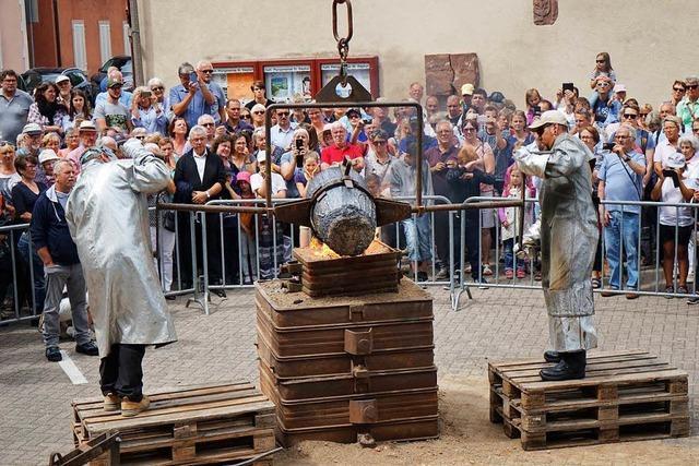 Glockenguss vor dem Breisacher Münster