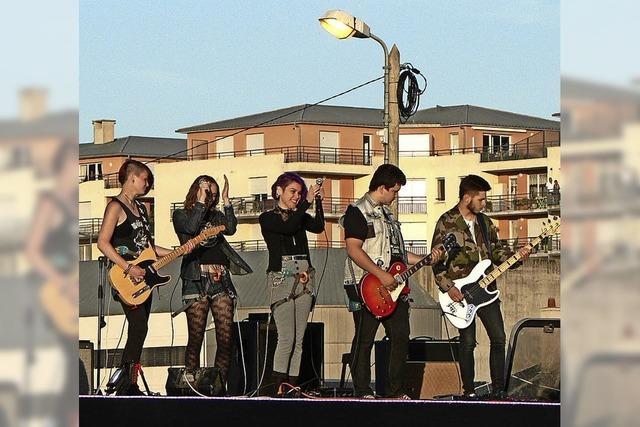 Talente musizieren auf öffentlichen Bühnen