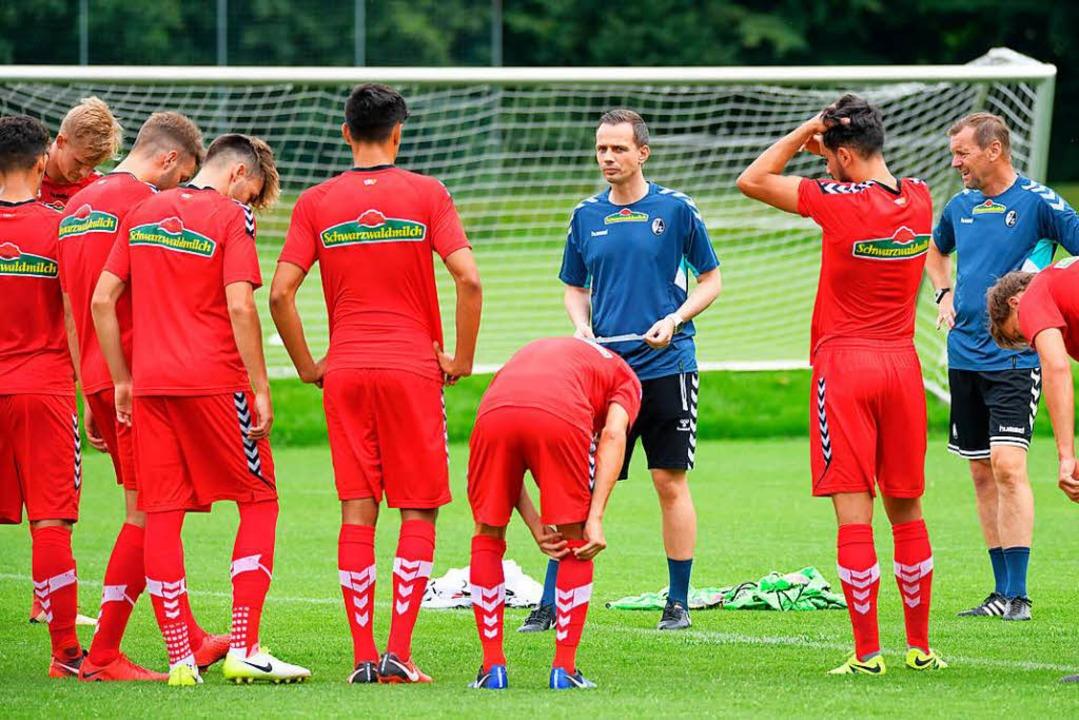 Coach Christian Preußer (Mitte) und As...ib beim Trainingsauftakt der Zweiten.   | Foto: Achim Keller