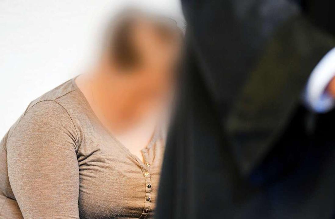Berrin T., die Mutter des missbrauchte...ersten Prozesstag auf der Anklagebank.  | Foto: dpa