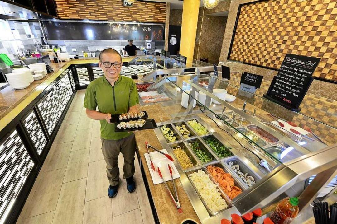 Restaurantleiter Yimei Yu präsentiert ...um es anschließend grillen zu lassen.   | Foto: Ingo Schneider