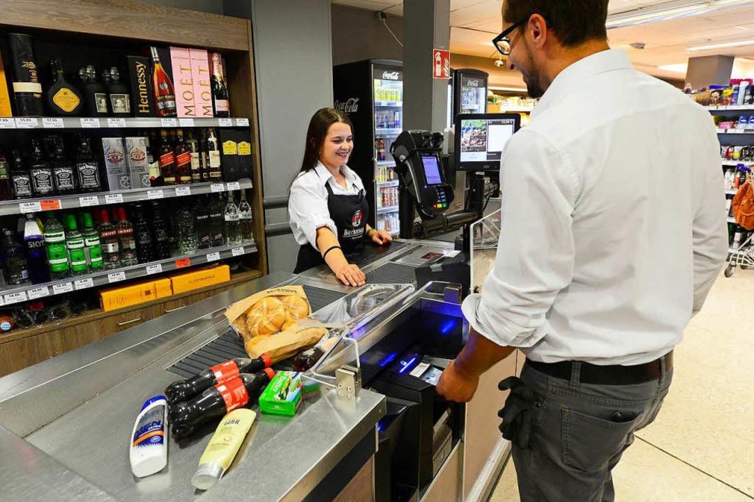 Im Beckesepp-Supermarkt in Haslach sca...n Kassenautomaten, der blau aufblinkt.    Foto: Ingo Schneider
