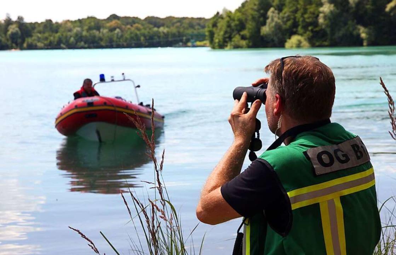 Die Suche nach dem untergegangenen Schwimmer im Waltersweirer Baggersee läuft.    Foto: Peter Heck