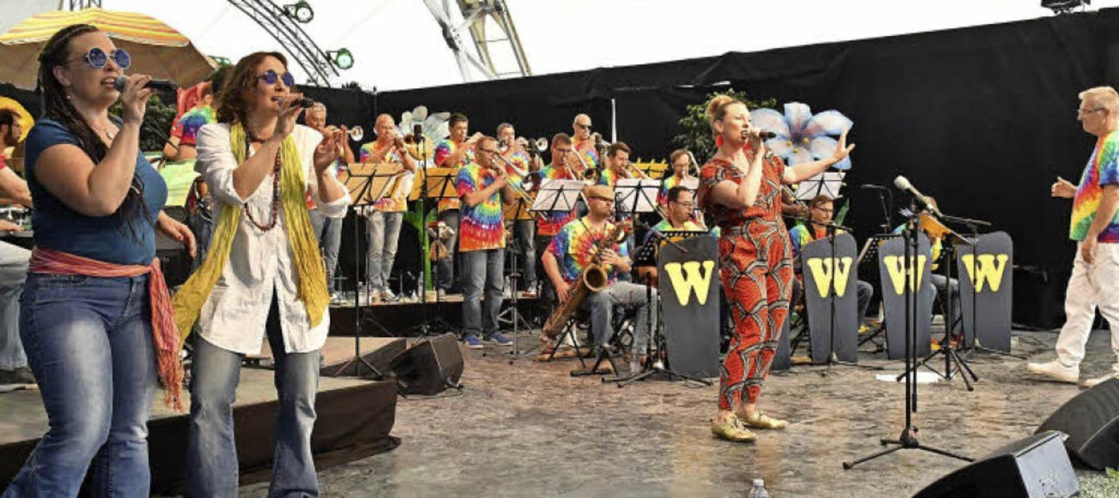Die Musiker mit den W-Sisters und Bandleader Hanjo Gißler auf der E-Werk-Bühne     Foto: Wolfgang Künstle