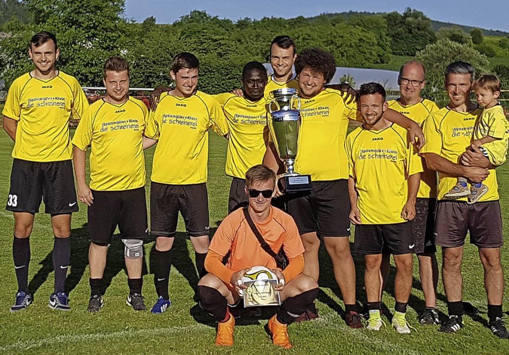 Glückliche Sieger: Das Team der Schrei...ller und Klein holte den Wanderpokal.   | Foto: Werner Schnabl
