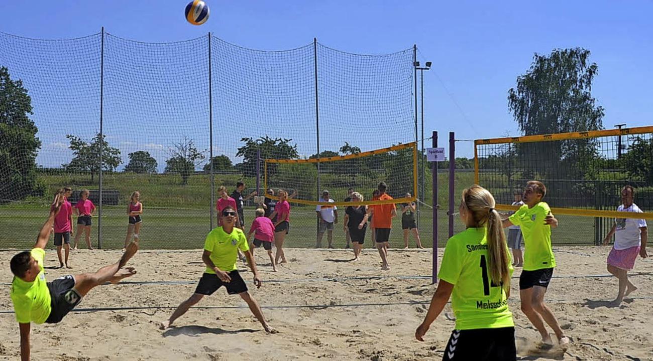 Beim Beachvolleyball gaben die Teams alles.     Foto: Jörg Schimanski