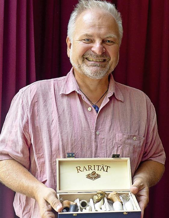 Bertram Jenisch mit einigen Fundstücken     Foto: Ute Schöler