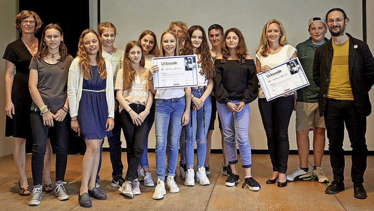 Preisverleihung in Berlin: die Schüler...hrerin Maria Kerchner (3. von rechts)     Foto: Emil-Dörle-Schule