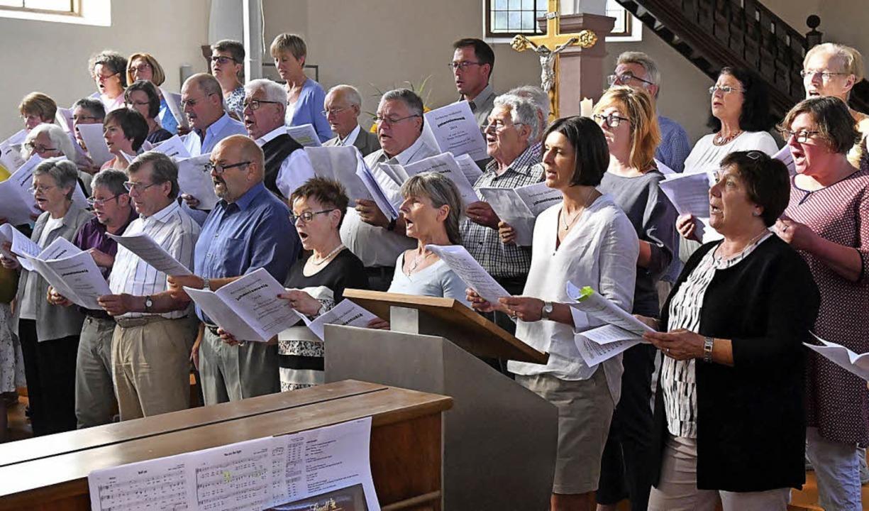 Der Kirchenchor Meißenheim beim Johannissingen     Foto: Wolfgang Künstle