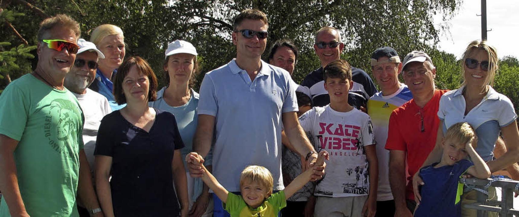 <BZ-FotoAnlauf>TC Blau Weiss:</BZ-Foto...> Zum Tennistag kamen Groß und Klein.   | Foto: Blau-Weiss