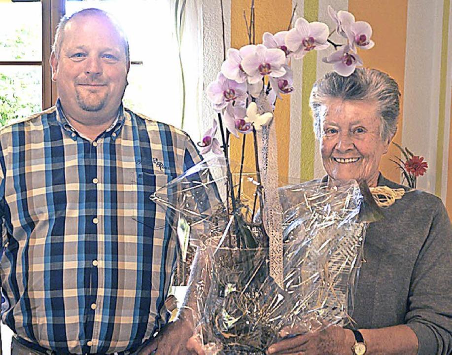 Anneliese Adam wurde für 40 Jahre in der AWO von Michael Schröder geehrt.   | Foto: wehrle