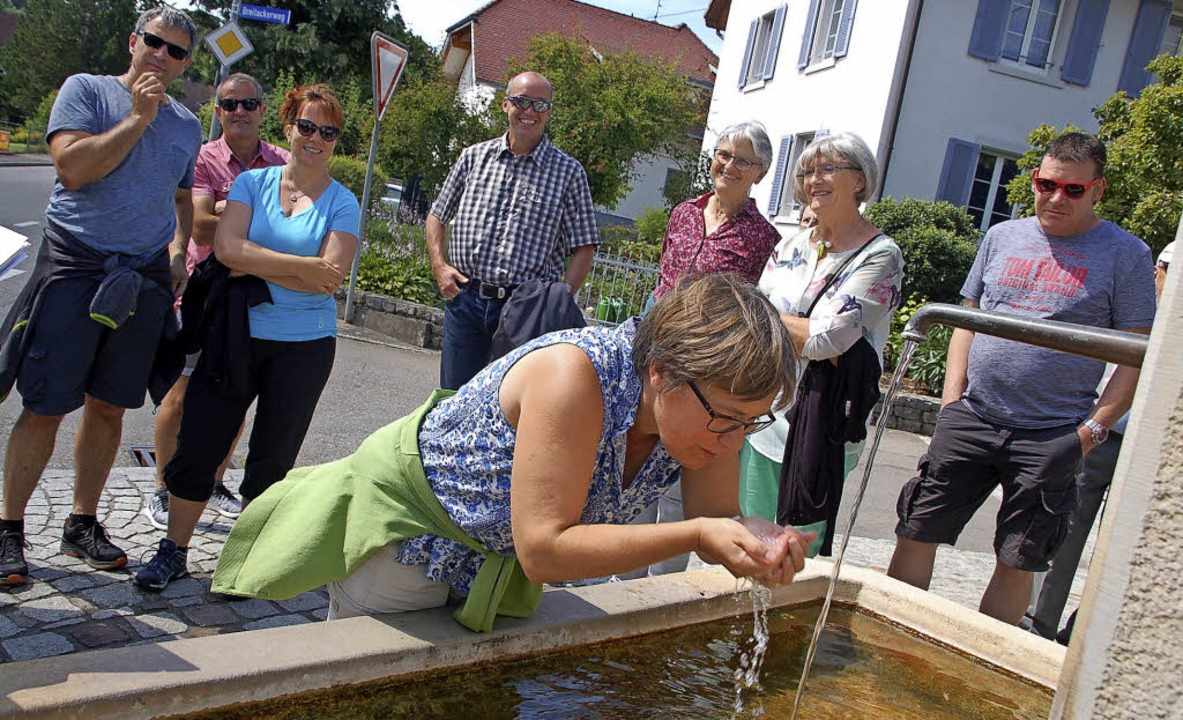 Am Stockbrunnen in Ober-Minseln wird probiert.     Foto: Petra Wunderle