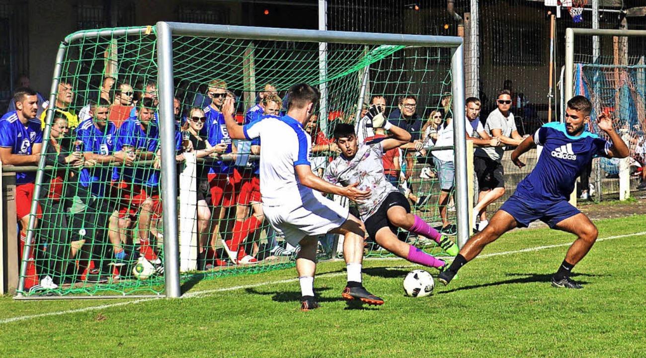 "Das siegreiche Team ""No Limit&#8...as Tor des ""FC Hoodboys"".     Foto: Christa Rinklin"